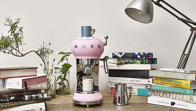 Hương Thơm Của Một Tách Cà Phê Espresso Thực Thụ Được Pha Trực Tiếp Từ Máy Pha Cà Phê Smeg Ecf01Pkeu Pink