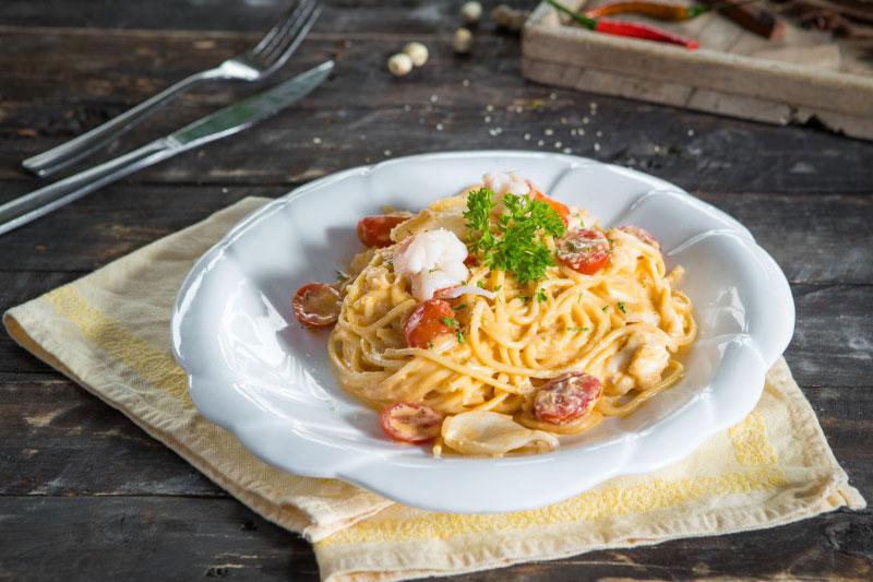 Mì Spagetti Sốt Kem Nấm Với Sợi Mì Được Làm Từ Máy Làm Bún Mì Mini Philip Hr2382/10 Pasta Maker. Thử Xem Một Bữa Tối Lãng Mạn Với Nến Và Hoa, Thật Tuyệt Vời Phải Không Nào?